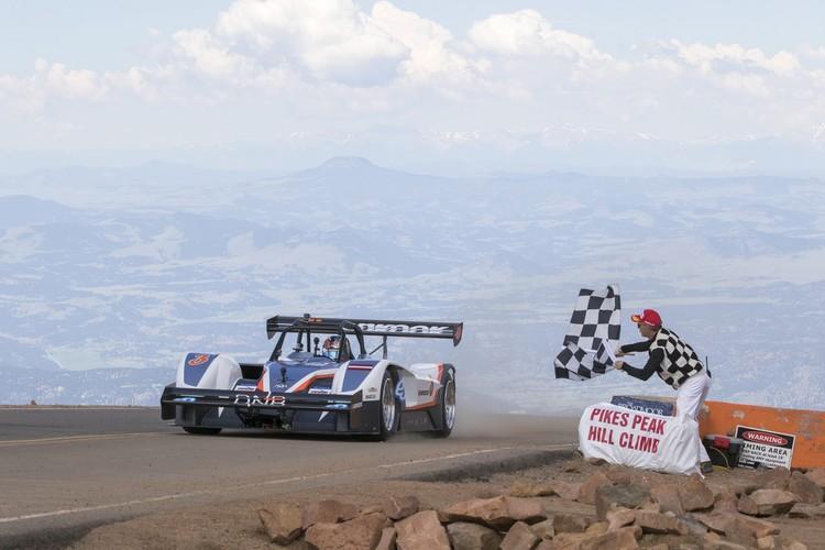 Milens ar Dambja komandas superauto uzvar Paikspīkā