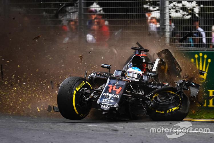 Alonso piedzīvo šaušalīgu avāriju