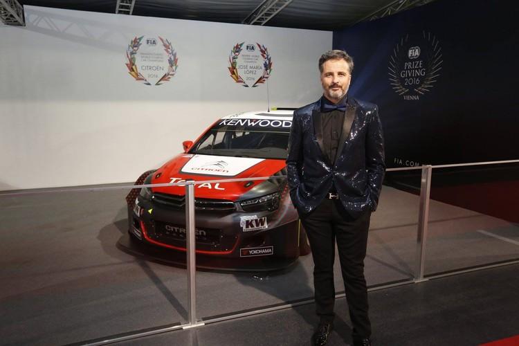 Pasaules labākie autosportisti saņem kausus