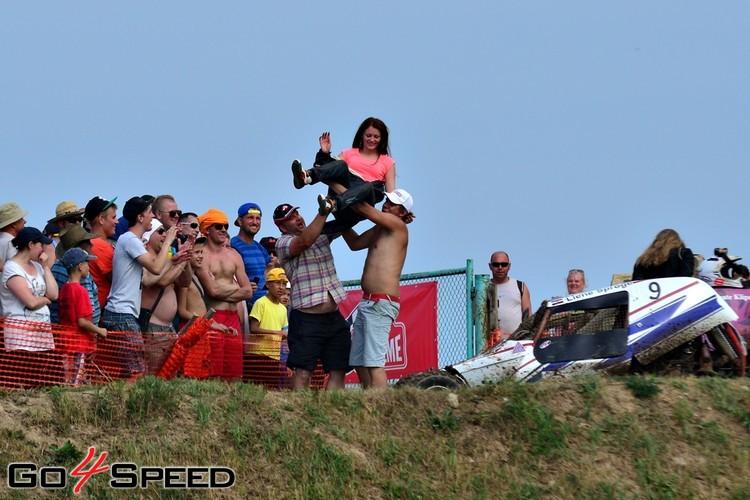 Autokrosa čempionāts Vecpilī noslēdzas ar slapjo T-kreklu šovu