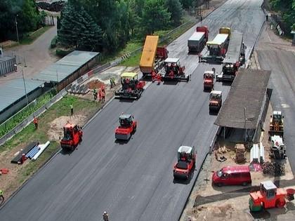 FOTO: Pēc 50 gadiem tiek atjaunots Biķernieku trases asfalta segums