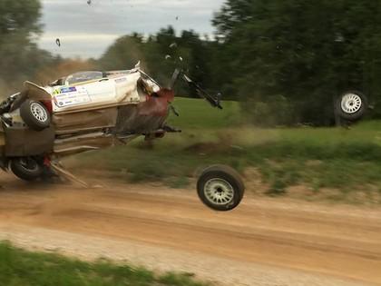 FOTO: Ekipāža Igaunijas rallijā piedzīvo iespaidīgu avāriju