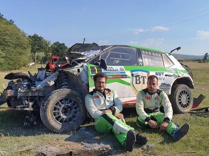 VIDEO: Rumāņu ekipāžai pēc iespaidīgas avārijas aizdegas 'Škoda Fabia R5'
