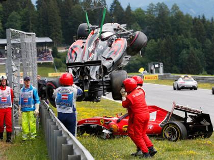 VIDEO: Pēc avārijas Alonso formula gandrīz trāpa Raikonenam pa galvu