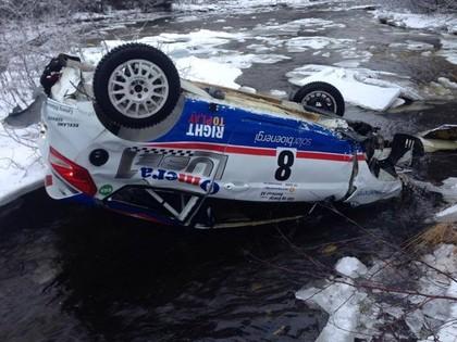 FOTO: Sportists pēc smagās avārijas paliek bez auto