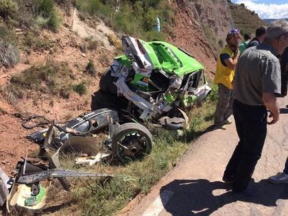 VIDEO: Spāņu ekipāža ieskrien klintī un piedzīvo šaušalīgu avāriju