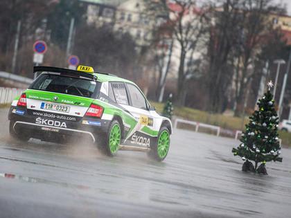 VIDEO: Čehu rallija braucējs Prāgas vecpilsētā ar 'Škoda Fabia R5' piestrādā par taksistu