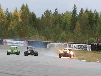 VIDEO: Legend Cars pasaules finālā īru sportists finišē ar degošu auto