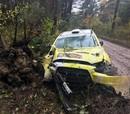 VIDEO: Plangi Sāremā rallijā piedzīvo avāriju, krievu ekipāža lielā ātrumā ieskrien kokā