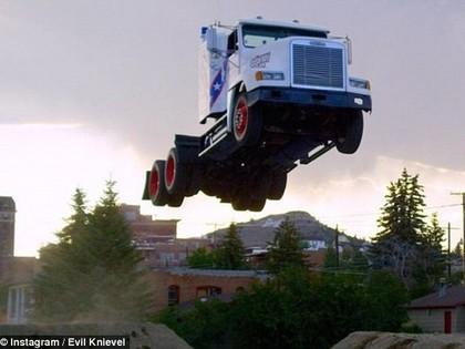 VIDEO: Sportists ar deviņu tonnu smago mašīnu veic 50,59 metrus tālu lēcienu