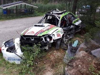 FOTO: Debija pie 'Subaru' stūres Somijas WRC rallijā beidzas ar iznīcinātu auto