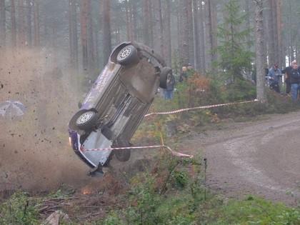 VIDEO: WRC2 čempions mājas rallijā piedzīvo avāriju