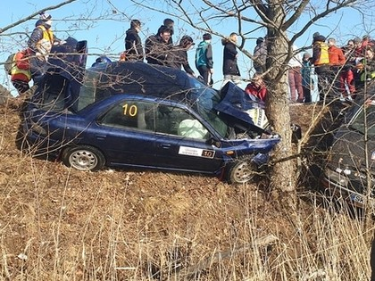 VIDEO: Lietuvā notiekošajās sacensībās 'Subaru' lielā ātrumā ieskrien kokā