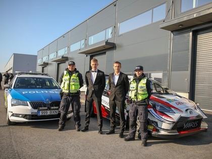 VIDEO: Tanaks uz savas filmas prezentāciju ierodas ar 'Toyota Yaris WRC' policijas eskorta pavadībā