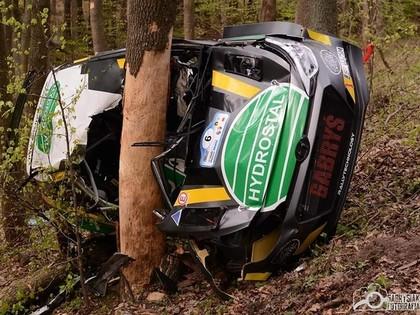 FOTO, VIDEO: Poļu ekipāža piedzīvo smagu avāriju un iznīcina 'Hyundai i20 R5'