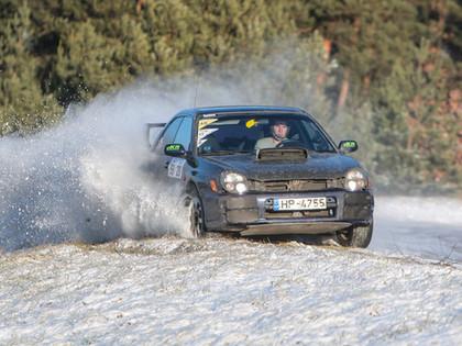 VIDEO: Ledus, sniegs un aizraujošas cīņas ziemas autosprinta 1.posmā