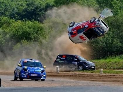 FOTO: Rallijkrosa braucējam padodas iespaidīgs lidojums
