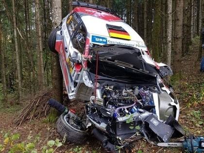 FOTO: Ekipāža piedzīvo smagu avāriju Vācijas rallijā