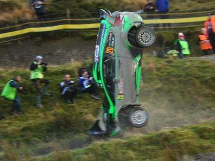 VIDEO: Pēc tramplīna ekipāža Velsas WRC rallijā piedzīvo avāriju