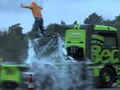 VIDEO: 1100 Zs jaudīga smagā mašīna veic iespaidīgus drifta paraugdemonstrējumus