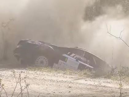 VIDEO: Berķa ekipāža ielido grāvī