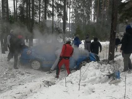 VIDEO: Grīnberga/Strazdiņa BMW ekipāža ieskrien kokā