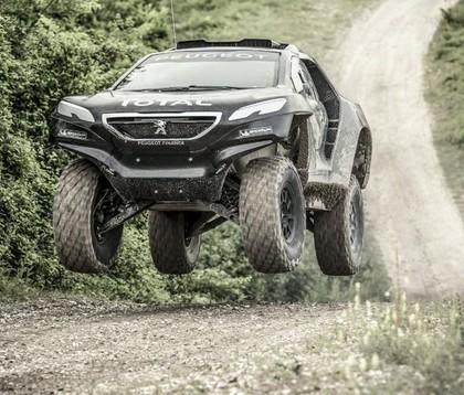VIDEO: Peugeot izrāda savu Dakaras rallijreida 'monstru'