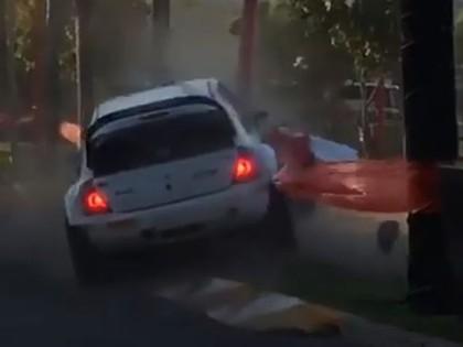 VIDEO: Rallija ekipāža avarē pirmajā līkumā