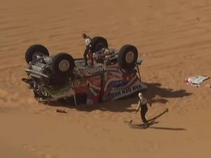 VIDEO: Vairākas ekipāžas Dakaras rallija 3.posmā avarē un spiestas izstāties