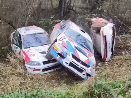 VIDEO: Krievijas rallijā vienā līkumā avarē vairākas ekipāžas