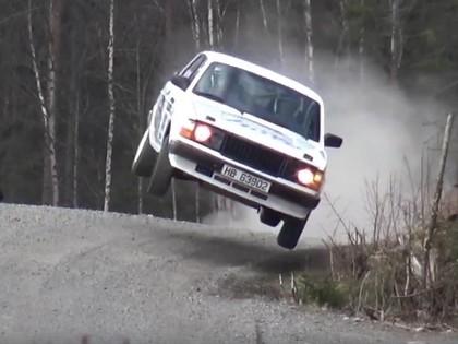 VIDEO: Norvēģu ekipāža ar 'Volvo 242' veic iespaidīgu lēcienu