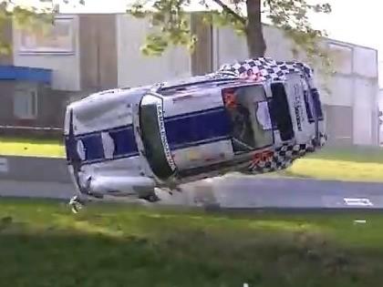 VIDEO: Porsche pēc sadursmes ar betona apmali paceļas gaisā un ielido kanālā