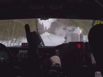 VIDEO: Kuriozs rallijreidā - lēnāk braucošais pilots bremzē līderi, taču beigās avarē