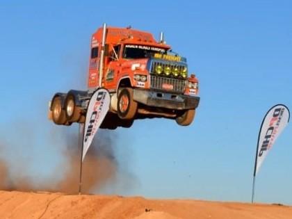 VIDEO: 30 metru lidojums ar smago automašīnu
