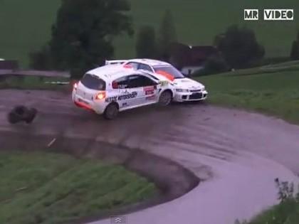 VIDEO: Kurioza avārija – rallija auto no kalna nostumj citu ekipāžu