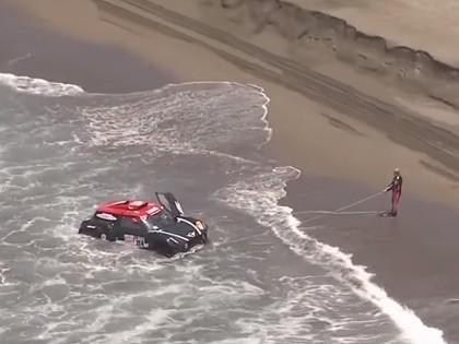 VIDEO: Vilnis okeānā ieskalo automašīnu, motociklisti veic elpu aizraujošus lēcienus