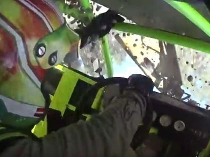 VIDEO: Niedols Biķerniekos uzmet četrus kūleņus un iznīcina Legends automašīnu