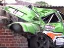 VIDEO: Rallija ekipāža ieskrien ķieģeļu sienā un iznīcina 'Peugeot 206'