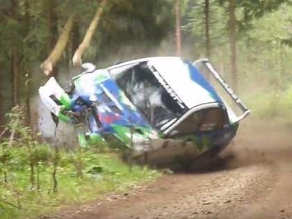 VIDEO: Rallija ekipāža noskrien no ceļa un 'nopļauj' vairākus kokus