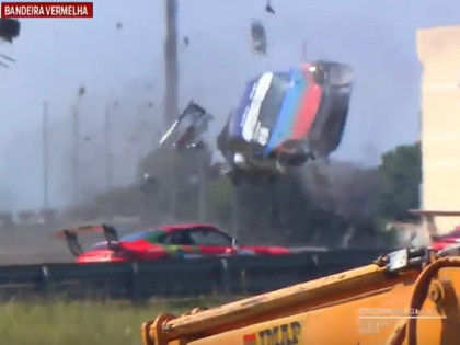 VIDEO: Sportists piedzīvo šaušalīgu avāriju 'Porsche' sacensībās