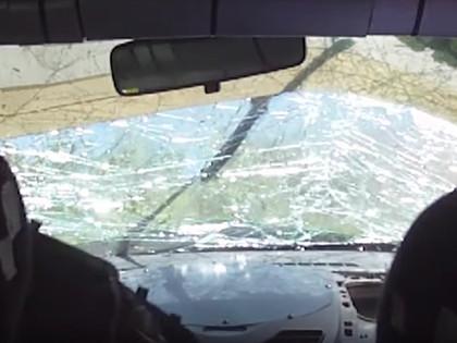 VIDEO: Pēc konkurenta apdzīšanas trasē, sportists piedzīvo avāriju