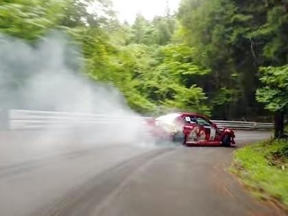'Formula Drift' braucējs meistarīgi driftē Japānas kalnu serpentīnos (VIDEO)