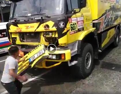 VIDEO: Līdzjutējs nejauši sabojā Dakaras rallija automašīnu