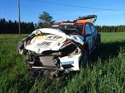 Foto: Somu sportists piedzīvo smagu avāriju noslēdzošajā ātrumposmā