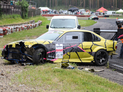 FOTO: Iespaidīgās avārijas Austrumeiropas drifta čempionātā