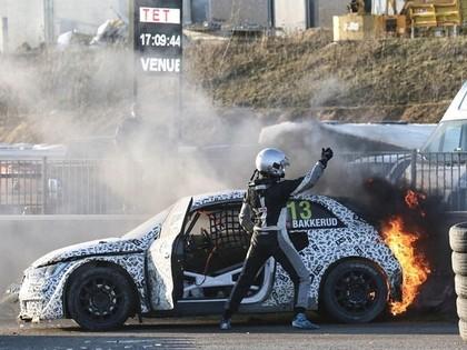 FOTO: Bakerudam treniņsacensībās aizdegas jaunais 'Audi S1 EKS RX quattro'
