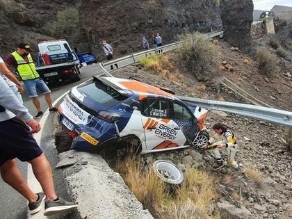 FOTO: Pirms plānotās debijas ERČ, ekipāža Kanāriju salu treniņos piedzīvo avāriju