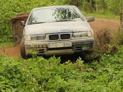 VIDEO: Kā 17 vīri un Subaru no grāvja vilka ārā BMW