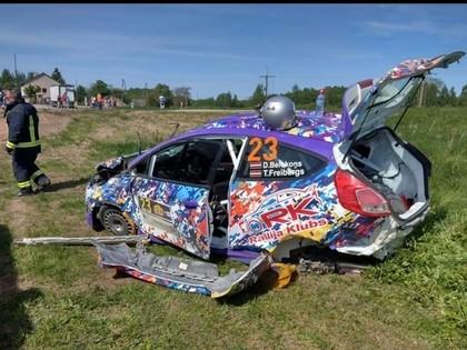 FOTO: Belokoņa ekipāža Talsu rallijā piedzīvo smagu avāriju