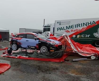 FOTO: Spēcīgs vējš izposta Korsikas WRC rallija servisa parku